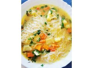 Zeleninová kari polievka mojej dcéry s ryžovými rezancami