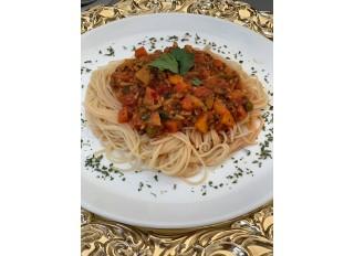 Špagety so zeleninovou omáčkou a tempehom