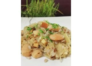 Špaldové kernotto s opraženou kyslou kapustou, údeným tofu a fazuľou.