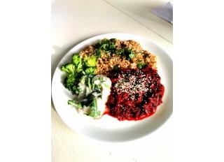 Mungo fazulky s cvikľou, špaldové kernotto, dusená brokolica, šalát z bielej redkovky s rukolou