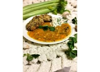 Pšenovo ryžové placky so šošvicovým soté na kari, reďkovkový šalát
