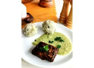 Steak s cuketovo chrenovou omáčkou a pšenovo ryžovým knedlíkom