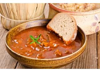 Maďarský guláš s ryžou a uhorkovým šalátom